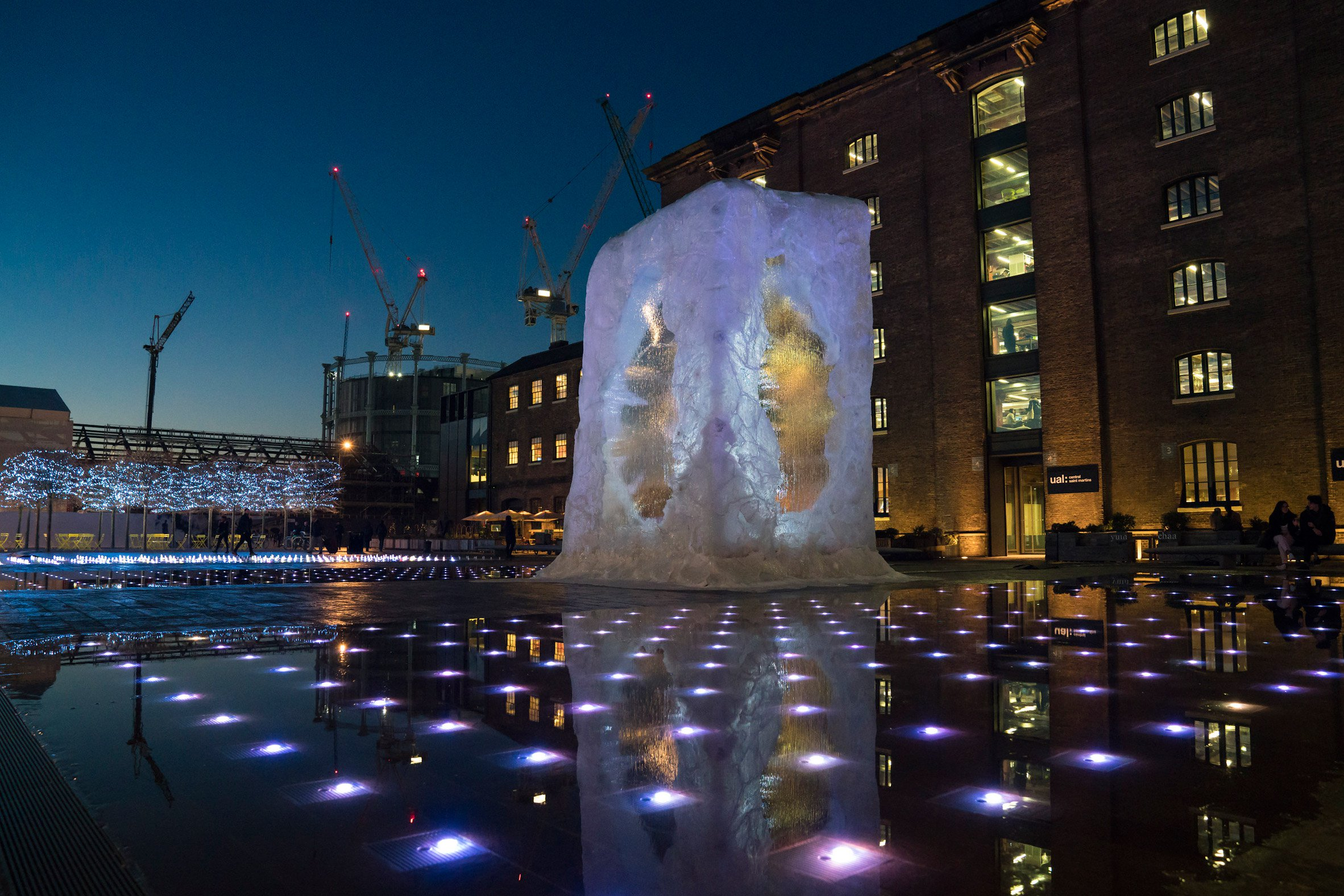 alex-chinneck-christmas-tree-kings-cross-deisgn-installation-st-martins-london-uk_dezeen_2364_col_1